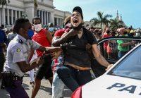 Un hombre es arrestado durante una manifestación contra el gobierno del presidente cubano Miguel Díaz-Canel en La Habana, el 11 de julio de 2021, un día de protestas que se englobaron en el llamado SOS Cuba. (Yamil Lage/AFP vía Getty Images)