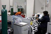 Familiares reconfortan a personas infectadas con COVID-19, en el Hospital Honorio Delgado en Arequipa, Perú, el viernes 25 de junio de 2021. Debido al aumento de casos de COVID-19 y la variante delta de la enfermedad, la ciudad declaró un estricto bloqueo durante 15 días a partir del 21 de junio. (AP Photo/Guadalupe Pardo)