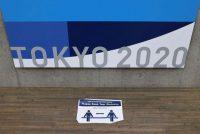 Un recordatorio del distanciamiento social se ve en el Centro de Prensa Principal de los Juegos Olímpicos de Tokio 2020 durante el brote de la enfermedad por coronavirus (COVID-19) en Tokio, Japón, el 16 de julio de 2021. (REUTERS/Thomas Peter)