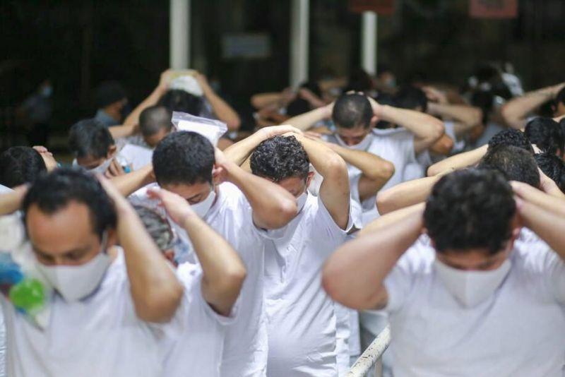 Foto tomada en las bartolinas policiales de San Marcos el 31 de mayo de 2021, cuando 846 personas privadas de la libertad fueron trasladadas a cárceles administradas por la Dirección General de Centros Penales. (Cortesía de la Secretaría de Comunicaciones de la Presidencia de El Salvador)
