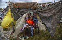 Photo: /Joseph Odelyn Associated Press Des enfants déplacés par le séisme se blottissent sous un morceau de plastique le matin après que la tempête tropicale Grace a balayé Les Cayes, en Haïti, mardi le 17 août 2021, trois jours après un séisme de magnitude 7,2