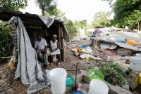 Manithe Simon, de 68 años, y su esposa, Wisner Desrosier, de 67, en un cuarto improvisado junto a su casa derrumbada en Marceline, Haití, el 22 de agosto de 2021. El país sufrió un terremoto de magnitud 7.2 y ahora resiste al huracán Grace. (REUTERS/Henry Romero)