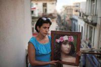 Heissy Celaya posa con un retrato de su hija Amanda Celaya, detenida por la Policía durante una protesta, en La Habana, Cuba, el 20 de julio de 2021. (REUTERS / Alexandre Meneghini)