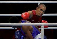 Eldric Sella, del equipo olímpico de refugiados, en acción contra Euri Cedeno Martínez, de República Dominicana, durante los Juegos Olímpicos Tokio 2020, el 26 de julio de 2021. (REUTERS/Ueslei Marcelino)