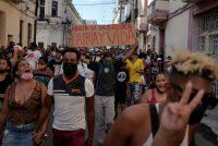 Una de las protestas en contra del gobierno de Cuba el 11 de julio, en La Habana. Credit Alexandre Meneghini/Reuters