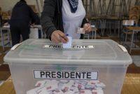 Una persona emite su voto durante las elecciones primarias presidenciales en Santiago, Chile, el domingo 18 de julio de 2021. (Cristobal Olivares/Bloomberg)