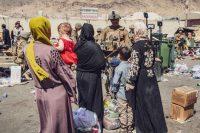 Un soldado del Ejército de EE UU habla con un grupo de mujeres afganas a las puertas del Aeropuerto Internacional Hamid Karzai, en Kabul, Afganistán, el pasado 28 de agosto.US MARINES / Reuters