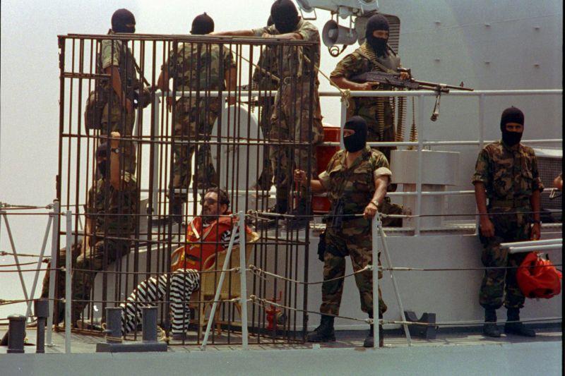 Abimael Guzmán, trasladado en una jaula a una prisión de máxima seguridad en Perú, en abril de 1993.Vera Lentz / AP
