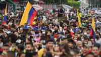 Manifestantes participan en la inauguración de un monumento a la resistencia de las protestas contra el Gobierno de Iván Duque, el Cali, el pasado junio.LUIS ROBAYO / AFP