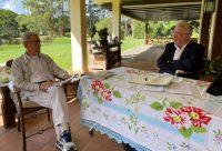El expresidente Álvaro Uribe da su versión del conflicto armado en Colombia al presidente de la Comisión de la Verdad, Francisco de Roux.Centro Democrático / EFE