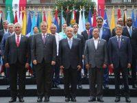 El presidente de México, Andrés Manuel López Obrador (C), junto a líderes y primeros ministros durante la cumbre de la Comunidad de Estados Latinoamericanos y Caribeños (CELAC), en México, el 18 de septiembre de 2021. (Presidencia de México vía Reuters) (Mexico's Presidency/Via Reuters)