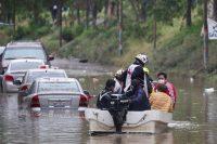 Equipos de rescate tras las inundaciones en el municipio de Tula, en el estado de Hidalgo, México, que dejaron personas muertas, heridas y automóviles e infraestructura dañados, el 7 de septiembre de 2021. (REUTERS/Henry Romero)