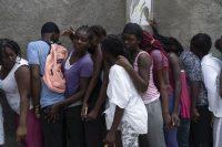Víctimas del terremoto esperan durante la distribución de alimentos en el barrio de Picot en Les Cayes, Haití.Monica Gonzalez