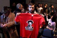 Un joven muestra una camiseta contra la crispación política.TANIA CASTRO