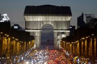 El Arco del Triunfo de París, el pasado 29 de septiembre envuelto en una tela, en un proyecto ideado por el artista Christo. LUDOVIC MARIN (AFP)