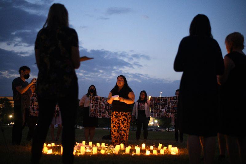 Una vigilia a la luz de las velas en la Casa Blanca en Washington, DC, el 26 de julio de 2021, que se lleva a cabo para honrar a las personas que perdieron la vida a causa del COVID-19. (Astrid Riecken para The Washington Post)