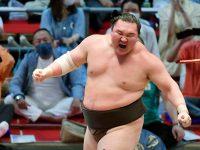 El gran campeón de sumo nacido en Mongolia, Hakuho, después de derrotar al entonces campeón Terunofuji en el Gran Torneo de Sumo de Nagoya para ganar su victoria 45 en los torneos, en Nagoya, Japón, el 18 de julio de 2021. (Kyodo News vía AP) (AP)