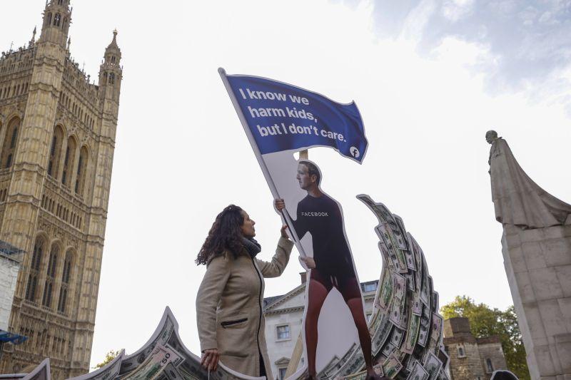 Una instalación que representa al director ejecutivo de Facebook, Mark Zuckerberg, durante una protesta frente al Parlamento en Londres el 25 de octubre de 2021. (Jason Alden/Bloomberg)
