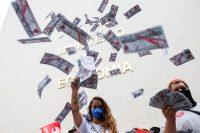 Manifestantes en una protesta, tras la publicación de los 'Pandora Papers', en contra el ministro de Economía de Brasil, Paulo Guedes, y el presidente de Brasil, Jair Bolsonaro, en Brasilia, Brasil, el 7 de octubre de 2021. (Adriano Machado/Reuters)